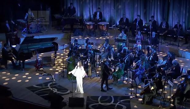 Elena Roger interprete «Vivo» en el homenaje «La alfombra mágica de Gustavo Cerati - Travesías Orquestales». © Télam