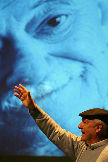 Daniel Viglietti en un homenaje a Mario Benedetti en Barcelona en 2011. © Xavier Pintanel