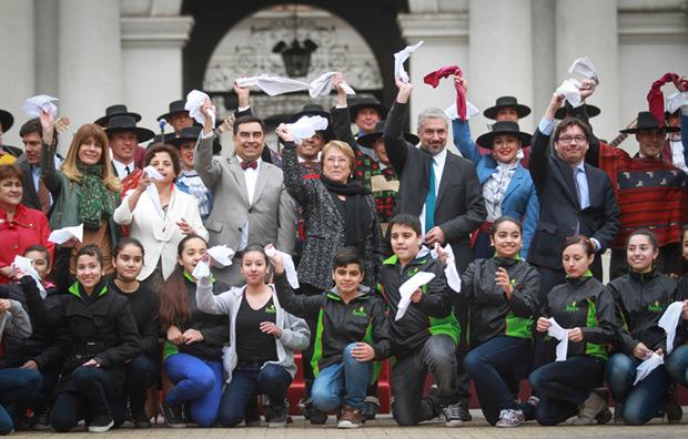 La presidenta de Chile Michelle Bachelet y el Ministro de Cultura Ernesto Ottone agitan el pañuelo en la Plaza de la Constitución de Santiago. © Natalia Espina | Consejo Nacional de la Cultura y las Artes. Gobierno de Chile