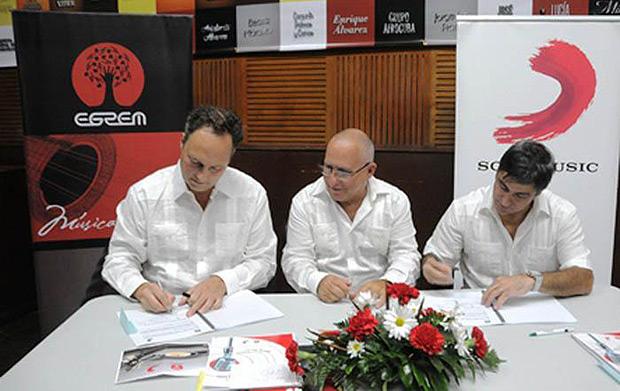 La firma del acuerdo ayer en La Habana.
