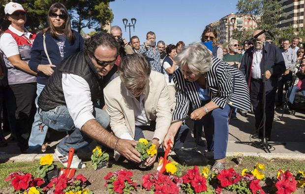 El alcalde de Zaragoza y la viuda de Labordeta plantan unas flores en honor del polifacético músico, escritor y político. © EFE