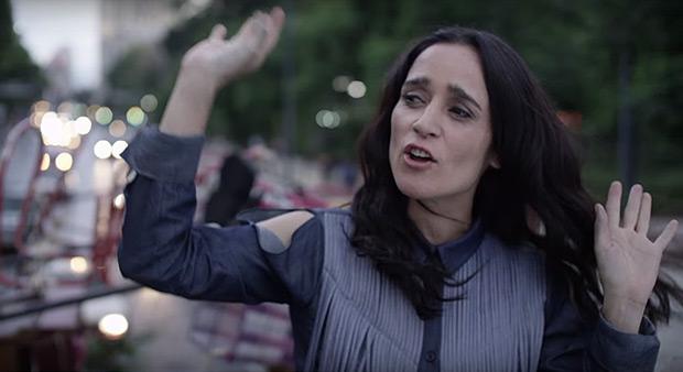 Julieta Venegas en un fotograma de su video clip «Buenas noches, desolación».