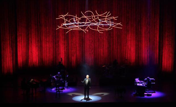 Joan Manuel Serrat durante su presentación en el Auditorio Nacional, en Ciudad de México, como parte de su gira por América «Antología desordenada» con la que celebra 50 años de carrera. © EFE