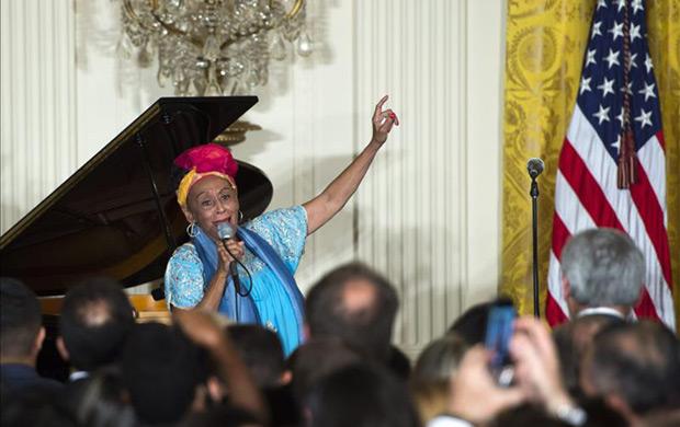 Omara Portuondo y otros integrantes de la agrupación cubana Buena Vista Social Club se presentan durante una ceremonia por el Mes de la Herencia Hispánica y el 25 aniversario de la iniciativa por la Excelencia Educacional Hispana, este 15 de octubre, en el Salón Este de la Casa Blanca, en Washington. © EFE