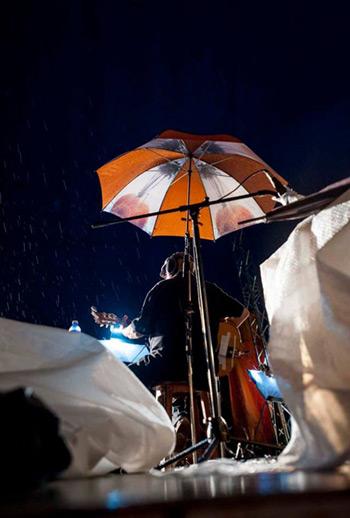 Trovador con sombrilla. Silvio Rodríguez bajo la lluvia en la Plaza Roja del municipio 10 de Octubre. © Iván Soca