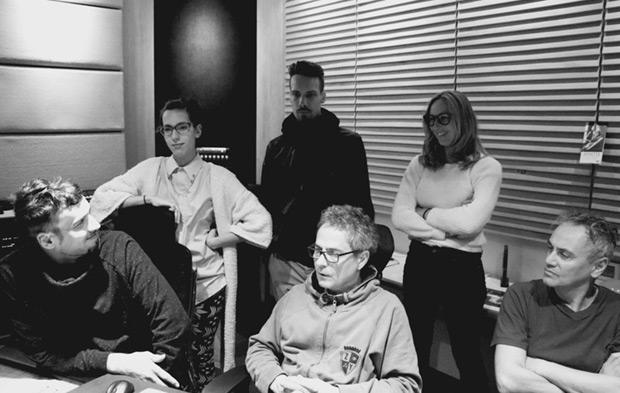 Los hijos de Luis Alberto Spinetta en el proceso de mezcla del álbum «Spinetta Los Amigo».