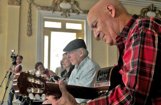 Daniel Viglietti y Vicente Feliú el pasado 9 de octubre en un concierto en Santa Clara (Cuba). © Yariel Valdés González