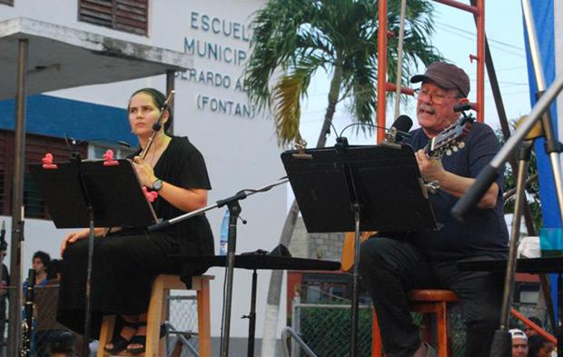 Silvio Rodríguez y Niurka González en concierto en el barrio de Mantilla en La Habana. © Víctor Casaus