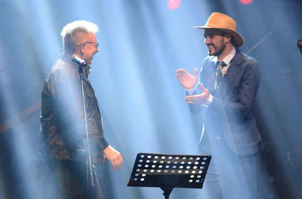 León Gieco apareció por sorpresa en la primera noche de las 21 que tiene previstas Abel Pintos en el Teatro Ópera de Buenos Aires. © Cam Cammarata