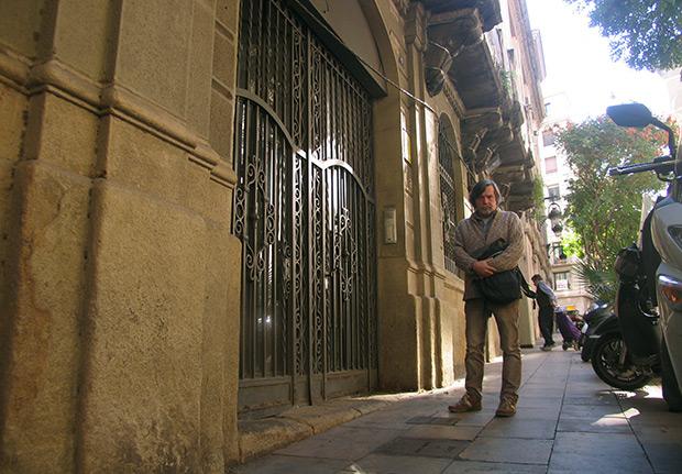 En este edificio de la calle Manresa 2-4 de Barcelona, Rafa y Xavier Patricio crearon y ensayaron mucha de su música, muy a pesar de sus vecinos. © Manel Gausachs