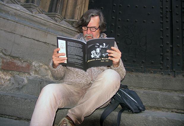 Rafa Zaragoza observando atentamente las fotos que, su excompañero de pupitre y de andanadas musicales, Enric Pareto ha recogido en su libro 'Història d'una música (1968-1981)'. © Manel Gausachs