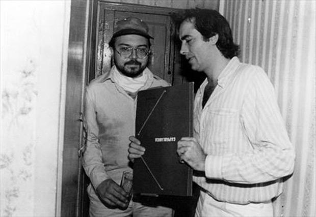 Gato Pérez y Joan Manuel Serrat con la carpeta de Capablanca (1982) de La Voss del Trópico.
