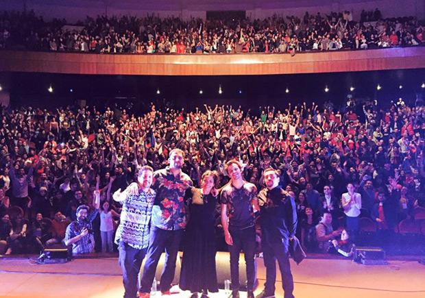 Ana Tijoux y su grupo al final de su concierto en el Teatro de la Casa de la Cultura Ecuatoriana.