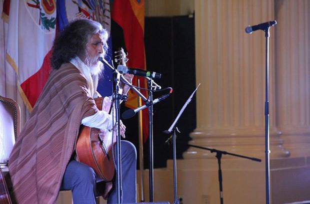 Manuelcha Prado en el acto de entrega de su condecoración en le OEA por su compromiso con la difusión y cultura andina.