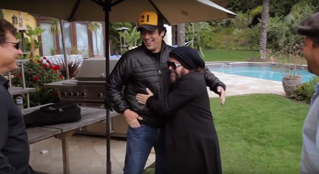 Benicio del Toro y Carlos Varela en un fotograma del documental «El poeta de La Habana» de Ron Chapman.