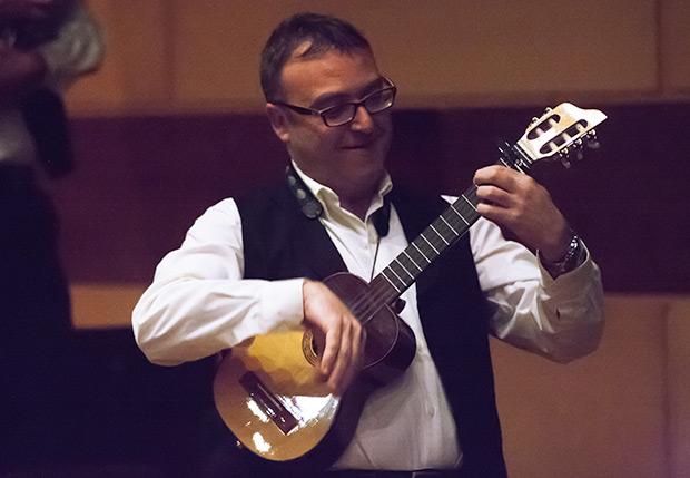 Sin guitarró —primo hermano del cuatro venezolano pero con cinco cuerdas— no hay jota. © Xavier Pintanel
