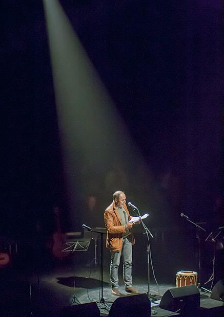 «Sin cultura ganan ellos». Así terminó su parlamento Pere Camps —director del Festival BarnaSants— después de justificar el lema de este año —«Las únicas iglesias que iluminan son las que pagan la factura de la electricidad»— y de ciriticar los bajos presupuestos públicos culturales y el 21% de IVA cultural. © Xavier Pintanel