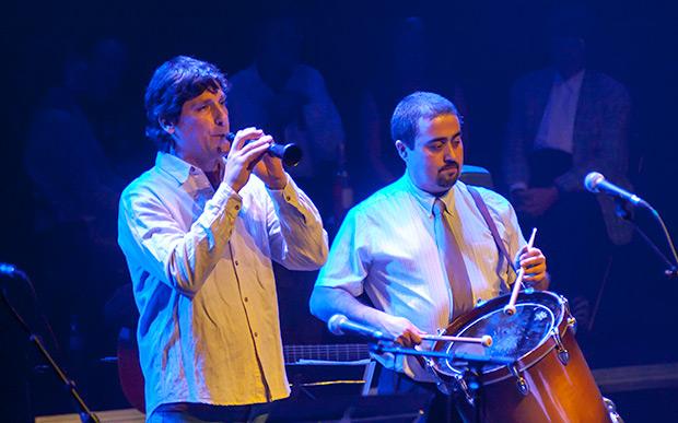 El dulzainero valenciano Pau Puig —invitado especial— acompañado por Sergi Molina, «Lo senyor Bertomeu». © Xavier Pintanel