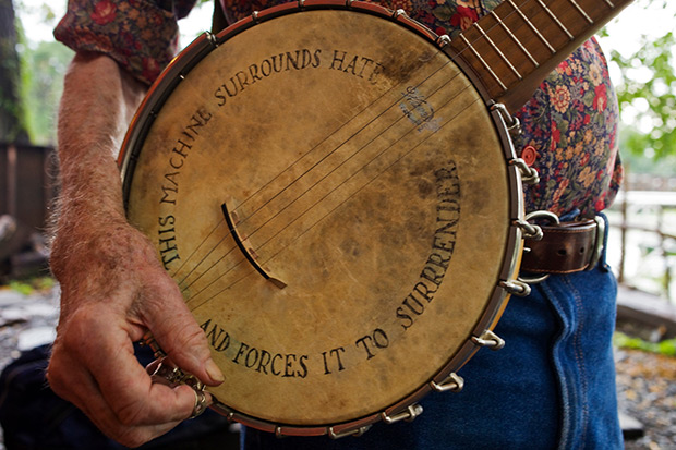 El banjo de Pete Seeger con la leyenda «This machine surrounds hate and forces it to surrender» (Esta máquina rodea al odio y lo obliga a rendirse). © Andrew Sullivan