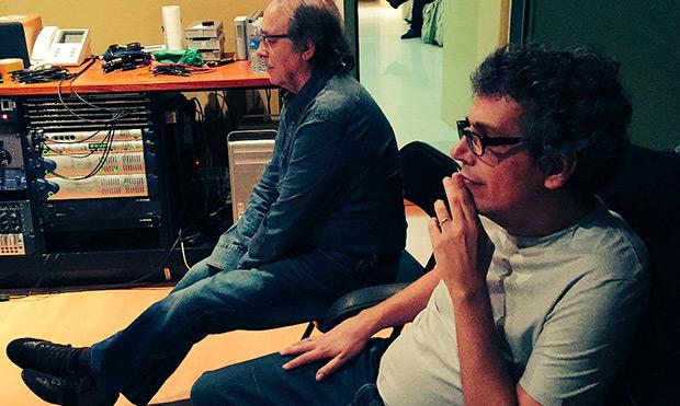 Pedro Guerra y Joan Manuel Serrat en la grabación un tema para el disco «14 de Ciento Volando de 14».