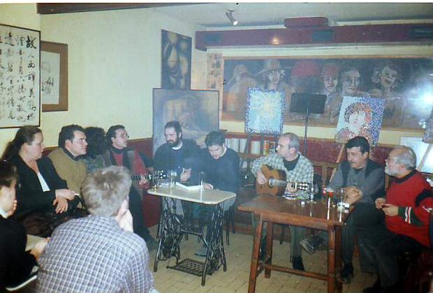 Esteban Valdivieso con algunos miembros del Núcleo de Nuevos Autores en  La Tertulia  en el año 2002.