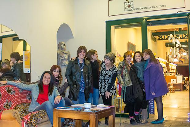 Las cuatro cantautoras con las responsables de la librería Pròleg. © Xavier Pintanel