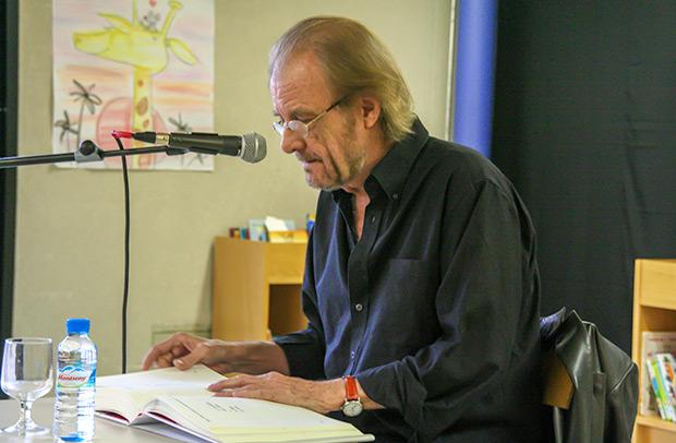 Luis Eduardo Aute recitando sus «poemigas». © Xavier Pintanel