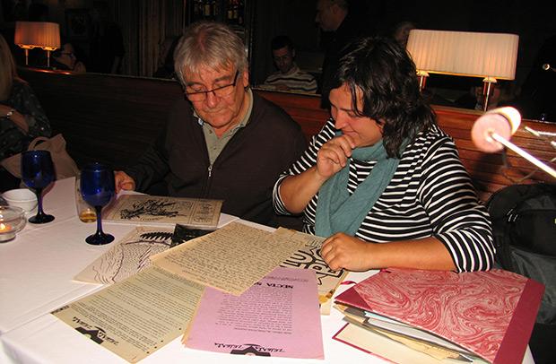 Rafael Moll y Jessi Pérez leyendo atentamente manuscritos inéditos y hojas promocionales que escribió Xavier Patricio Pérez poco antes de mutar en Gato Pérez. © Manel Gausachs