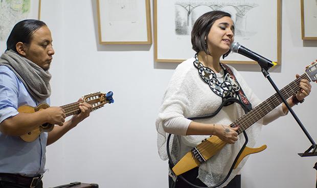 Marta Gómez acompañada al charango por Roberto Cachimuel. © Xavier Pintanel