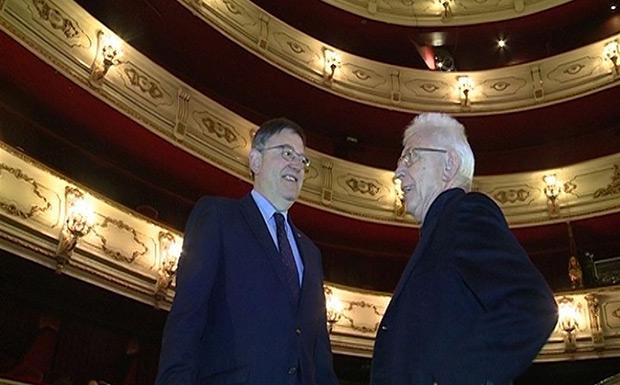 Ximo Puig, presidente de la Generalitat valenciana, y Raimon en el Teatro Principal de Valencia. © EUROPA PRESS