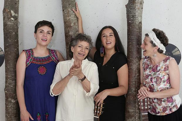 De izquierda a derecha: Eli Morris, Isabel Parra, Fabiola González «la Chinganera» y Magdalena Matthey. © Museo Violeta Parra