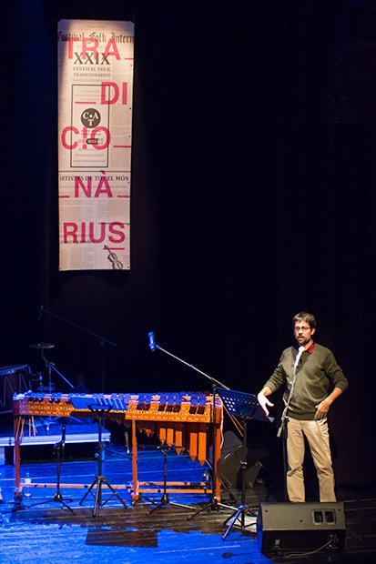 Pedro Strukelj, director de ciclo Hamaques, presentó el concierto. © Xavier Pintanel