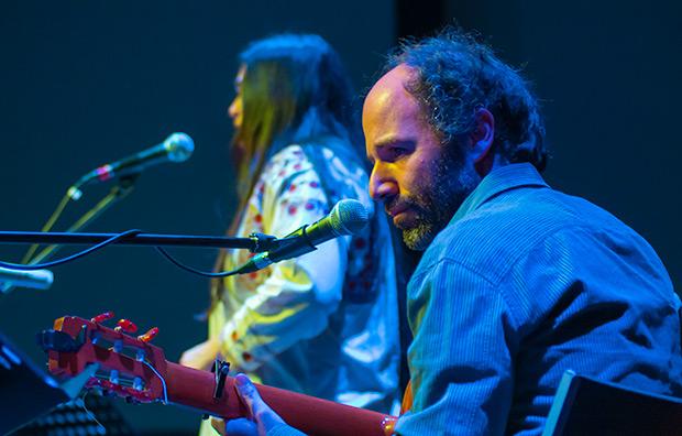 Héxtor Serrano arropó con la extraordinaria delicadeza de su guitarra la voz Rosa Sánchez. © Xavier Pintanel