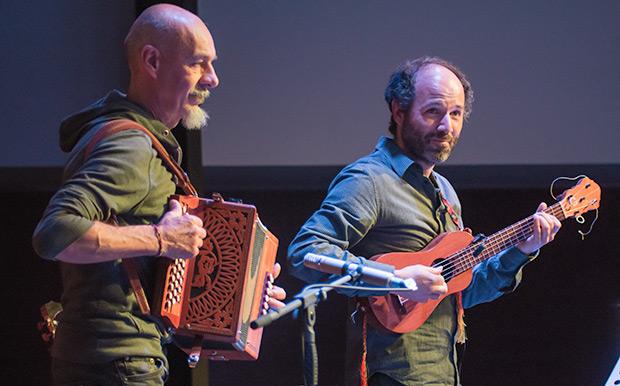 Ilio Amisano y Héctor Serrano con el requinto jarocho. © Xavier Pintanel
