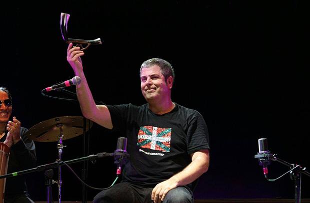 El músico vasco Kepa Junkera sosteniendo una alboka en su intervención en el Festival Internacional de Música de Alturas en Lima (Perú). © Estephany Uceda