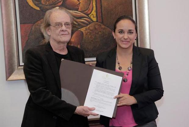 La presidenta de la Asamblea Nacional Gabriela Rivadeneira junto a Luis Eduardo Aute este lunes. © Asamblea Nacional del Ecuador