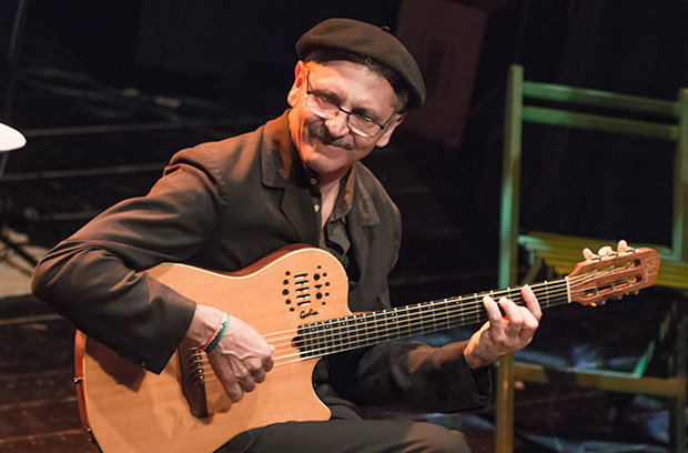 Jordi Fusté es «Lo Mut de Ferreries»: guitarras española, acústica y dirección musical © Xavier Pintanel