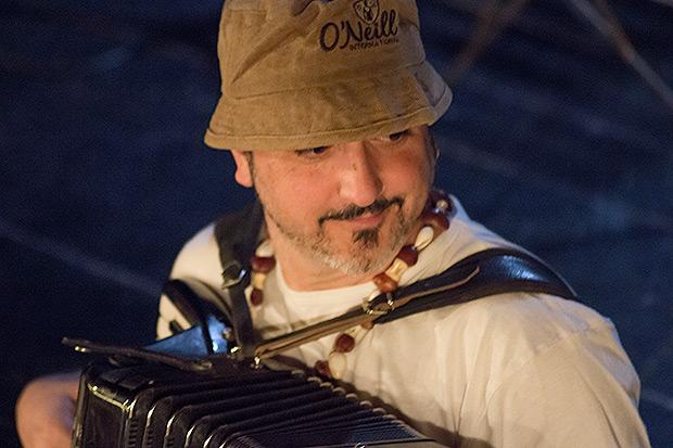 Josep Lanau Mitxum es «Jaumet»: voces, acordeón cromático y teclados © Xavier Pintanel
