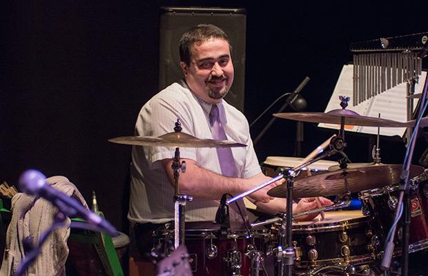 Sergi Molina es «Lo senyor Bertomeu»: batería y percusiones © Xavier Pintanel