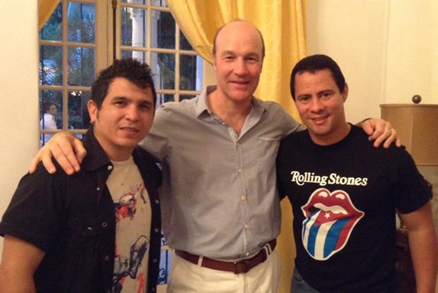 El dúo Buena Fe con el embajador británico en Cuba, Tim Cole. © Embajada británica en Cuba