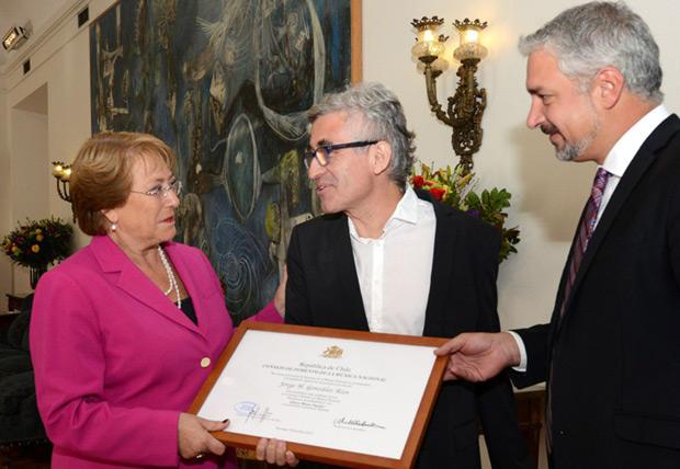 De izquierda a derecha: la Presidenta de la República, Michelle Bachelet; Jorge González; y el Ministro de Cultura, Ernesto Ottone. © Consejo Nacional de la Cultura y las Artes