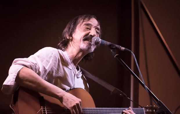 Javier López de Guereña debutó como cantautor en la Sala Harlem de Barcelona en el marco del festival BarnaSants. © Xavier Pintanel