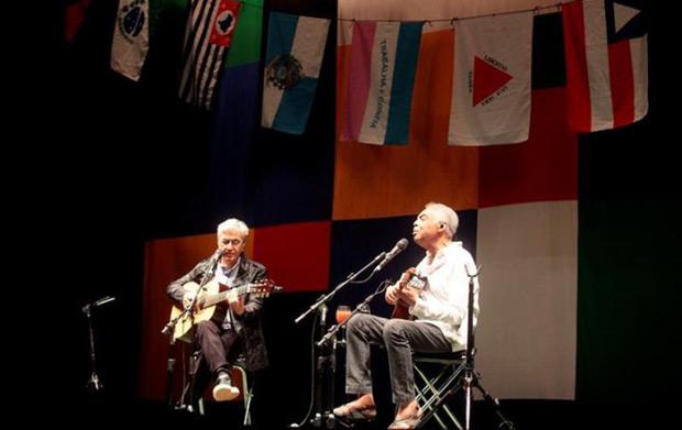 Los cantautores brasileños Caetano Veloso y Gilberto Gil fueron registrados este martes durante una presentación de su gira «Dos Amigos, un Siglo de Música», en el Movistar Arena de Santiago de Chile. © EFE