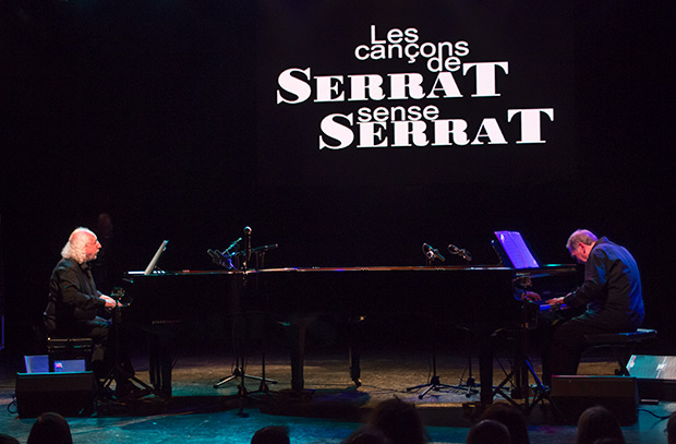 Josep Mas «Kitflus» y Ricard Miralles en «Les cançons de Serrat sense Serrat» en la sala Luz de Gas de Barcelona. © Xavier Pintanel