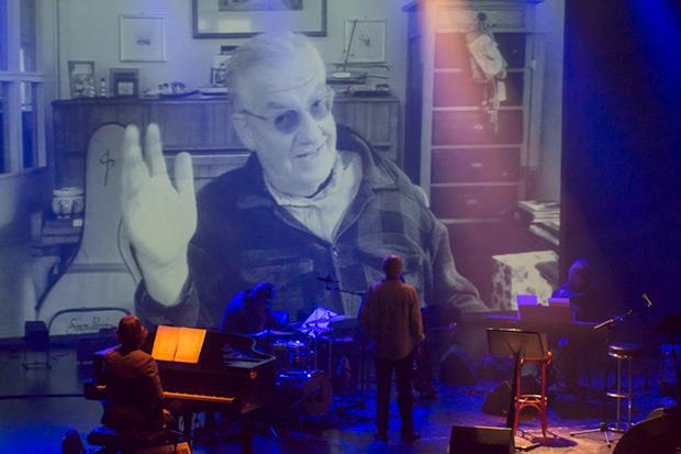 Giorgio Conte saludó a Joan Isaac desde la pantalla de video. © Xavier Pintanel