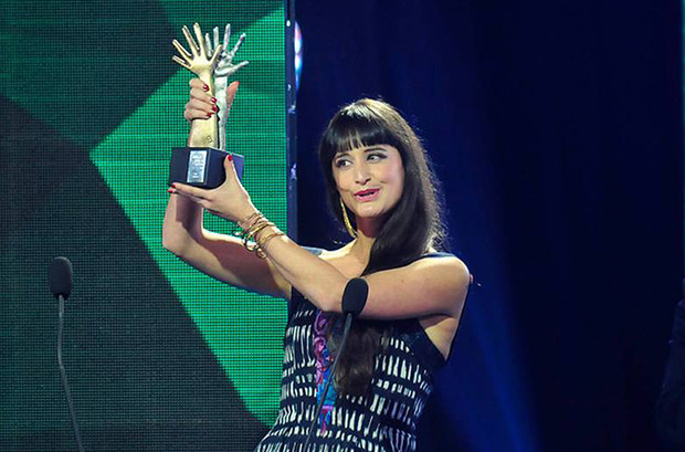 Pascuala Ilabaca recibe el premio Pulsar al Mejor cantautor por «Rey Loj». © Agencia UNO