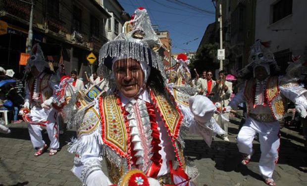 Ciudadanos bolivianos bailan la danza de la Kullawada el 21 de mayo de 2016, durante el desfile del Señor Jesús del Gran Poder, en La Paz. © EFE