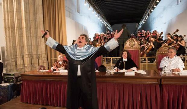 El cantante granadino Miguel Ríos tras ser investido Doctor Honoris Causa por la Universidad de Granada, ha cerrado el acto interpretando el «Himno de la Alegría». © EFE