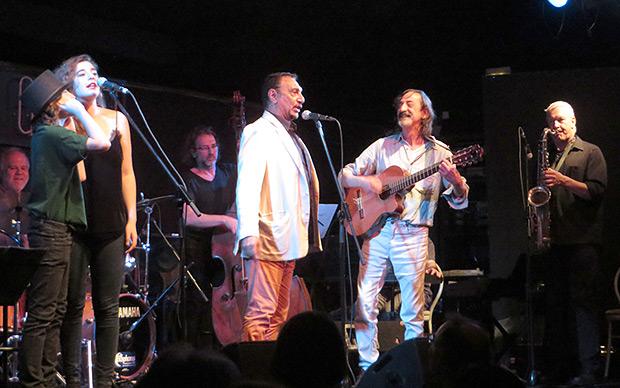 De izquierda a derecha: Antón e Irene López de Guereña, José María Amerisse, Javier López de Guereña y Andreas Prittwitz cantan «El autobús». © Isabel Llano
