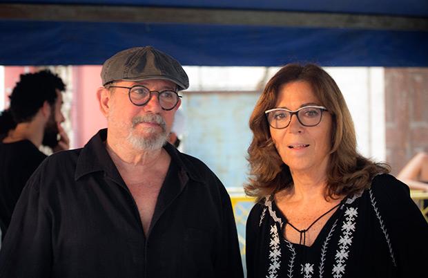 Maria del Mar Bonet con Silvio Rodríguez, momentos antes de comenzar concierto número 74 de la «Gira por los barrios». © Juan Miguel Morales
